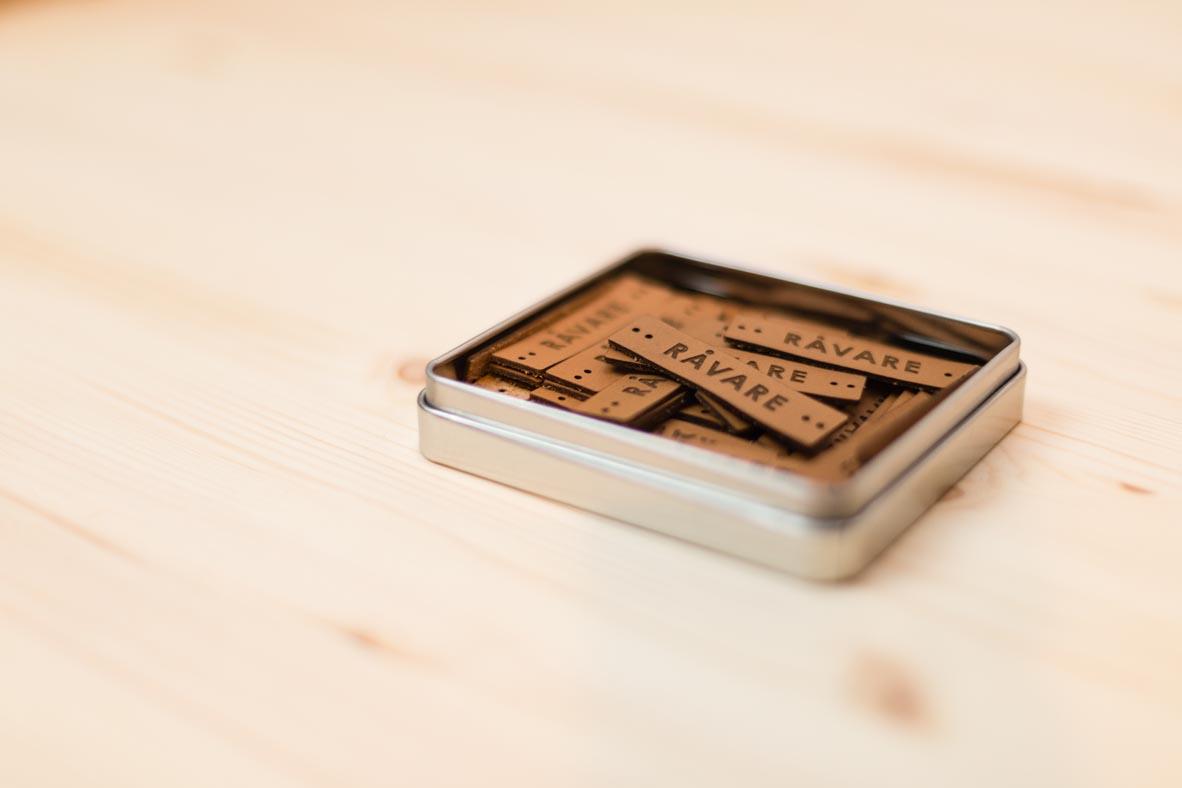 Unser Label findest du auf jedem RÅVARE-Produkt aus veganem Filz. Diesmal in Leder geprägt.