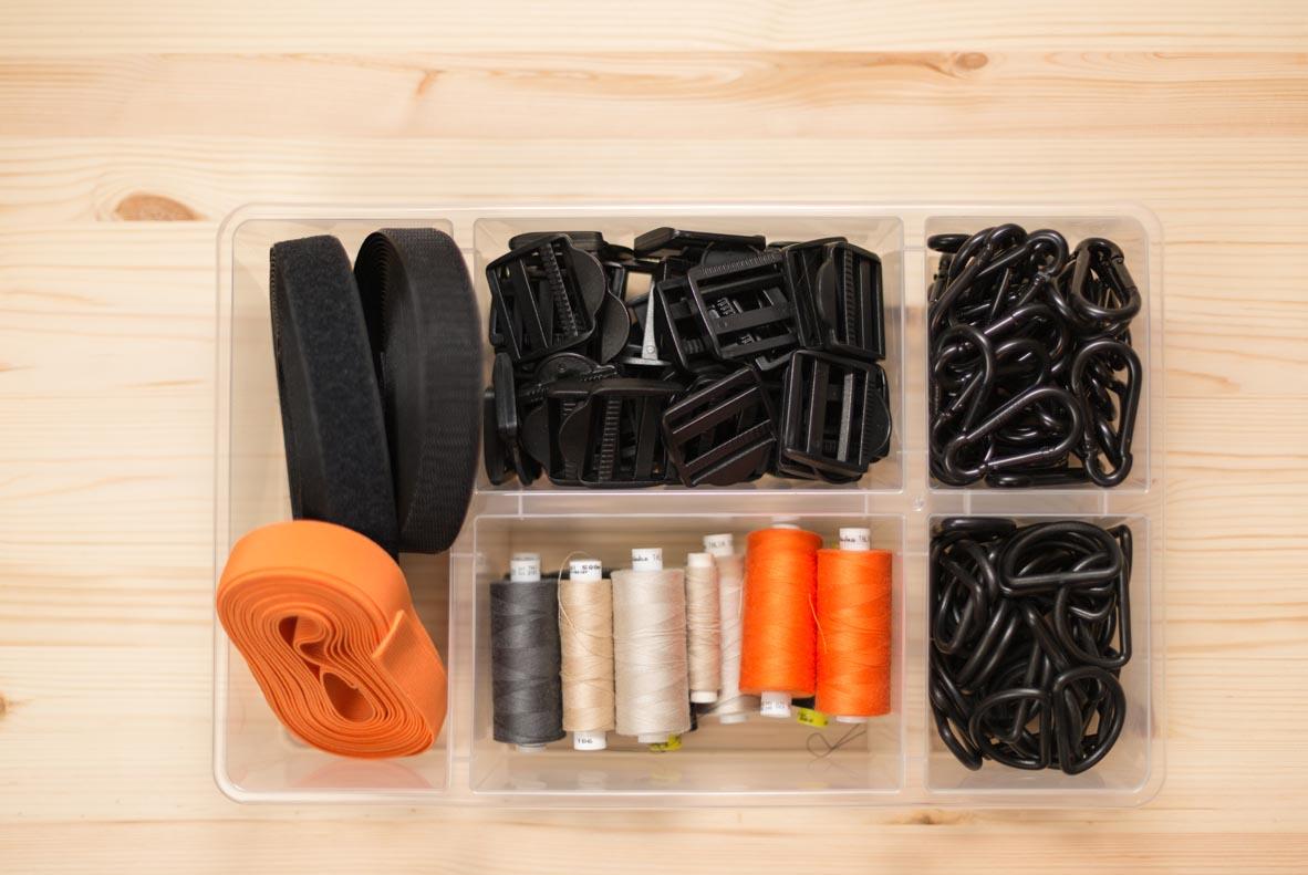 Garnfarbe, Gurtband, Schnallen und Reißverschlüsse werden für jedes RÅVARE-Produkt sorgfältig aufeinander abgestimmt.