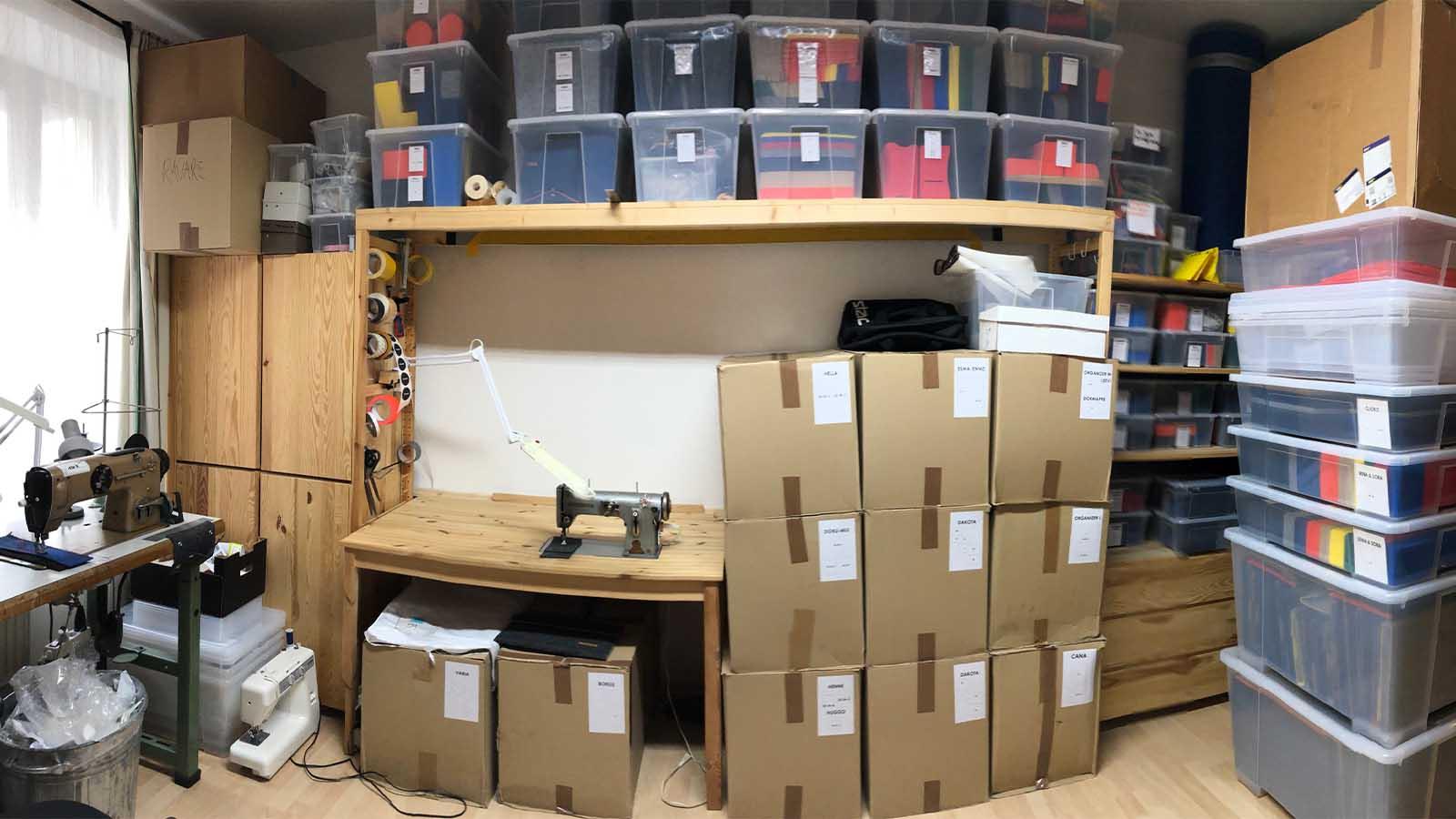 Bis unter die Decke wurden die einzelnen Teile aus veganem Filzt in Kisten sortiert gestapelt.